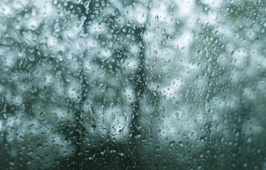 雨に濡れる窓のイメージ