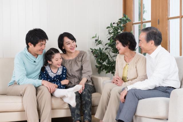 会話がはずむ家族のイメージ
