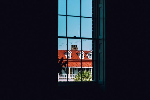 窓にうつる隣の家のイメージ