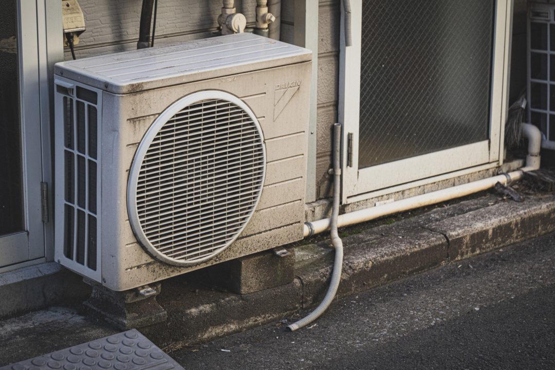 光熱費のかかるエアコンのイメージ