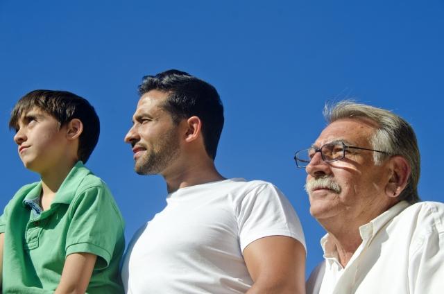 家族3世代の男性のイメージ