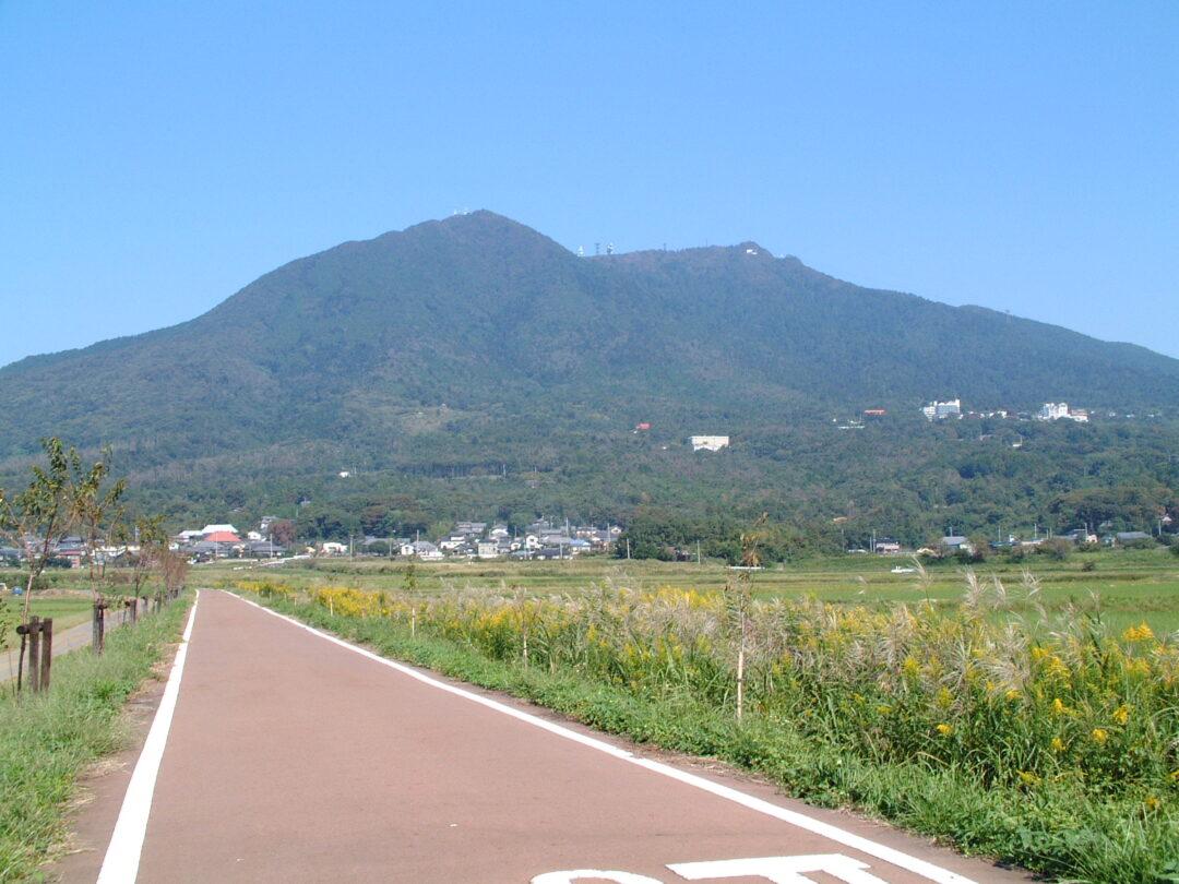 筑波山とサイクリングロードのイメージ